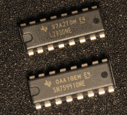 A photo of the L293D and compatible SN75441 made by Texas Instruments
